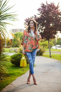 orange kimono ripped jeans yellow bag turkish  fashion blogger viktoriya sener tiebow-tie